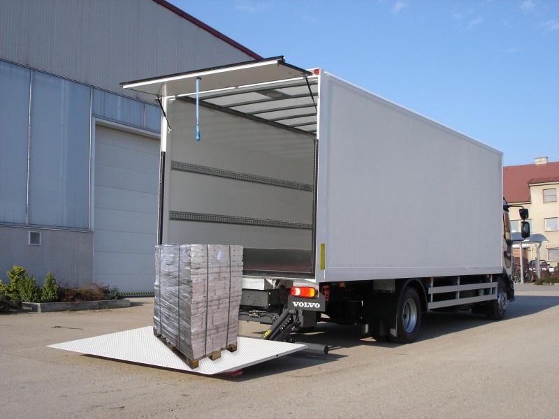 Doprava zboží nákladním automobilem s hydraulickým čelem